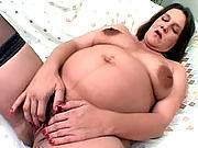 Brunette mama spreading wide her pussy lips for a nice tongue-fuck